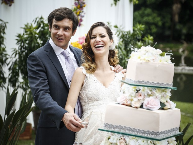 O casal corta o bolo na festa e comemora a união (Foto: Raphael Dias/ Gshow)