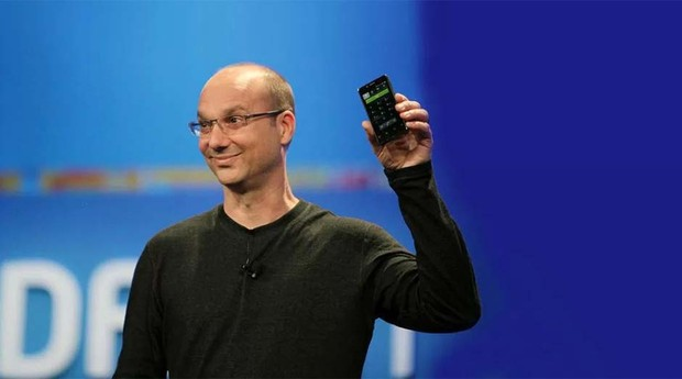 Andy Rubin apresenta o primeiro smartphone desenvolvido pela sua empresa (Foto: Reprodução)