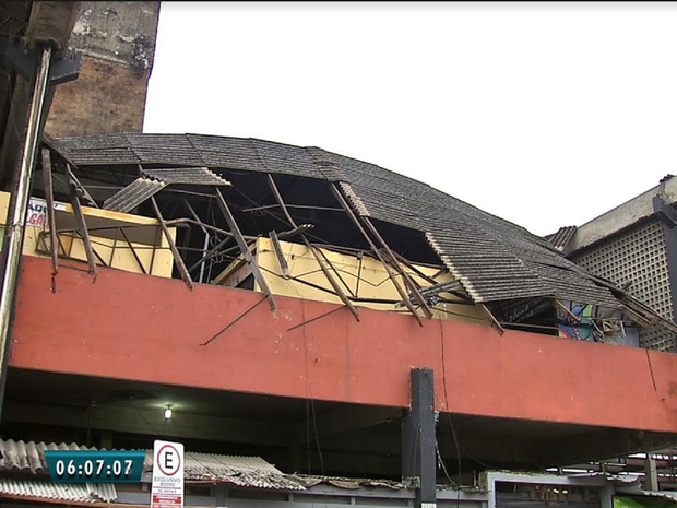Parte do teto do Mercado Público de Caucaia desaba após chuvas (Foto: Reprodução/TV Verdes Mares)