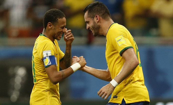 Renato Augusto Neymar Brasil x Peru Fonte Nova (Foto: André Mourão/MoWA Press)