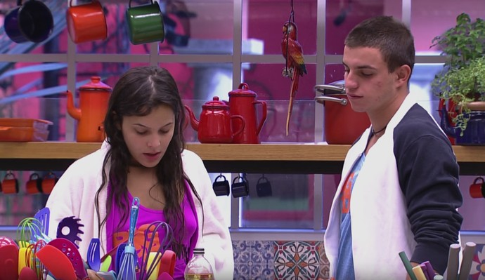 Emilly ajuda Manoel a preparar a tapioca (Foto: Gshow)