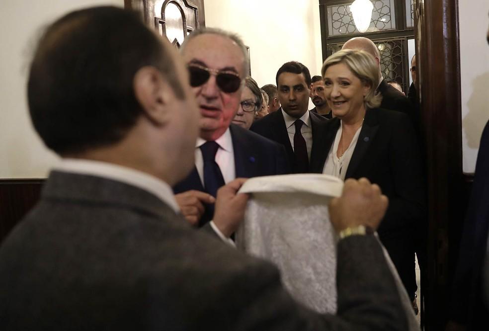 Marine Le Pen, candidata da extrema-direita à eleição presidencial da França, se recusa a colocar um véu para se reunir com o mufti da República do Líbano em Beirute, o xeque Abdelatif Derian, em seu gabinete de Aicha Bakkar (Foto: Hussein Malla/AP)