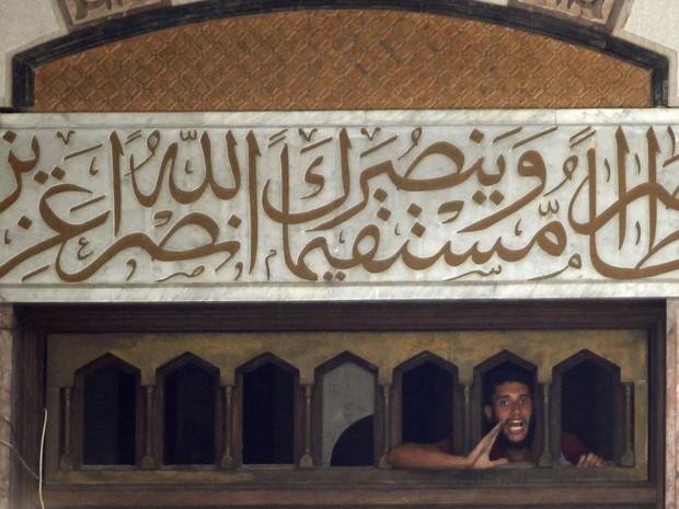 17/6 - Apoiador do presidente deposto Mohamed Morsi grita por abertura no topo da Mesquita de Al-Fath na Praça Ramses, no Cairo. (Foto: Louafi Larbi/Reuters)