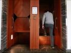 Elevador sem portas que nunca para nos andares é relíquia na Alemanha