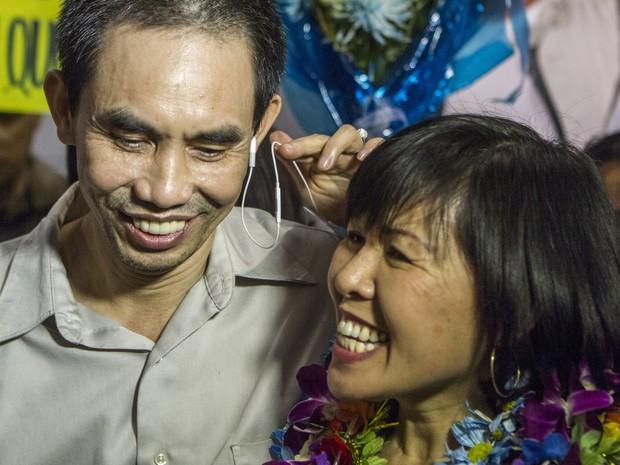 Nguyen Quoc Quan com sua esposa Huong Mai Ngo durante uma coletiva de imprensa (Foto: AP Photo / Ringo H.W. Chiu)
