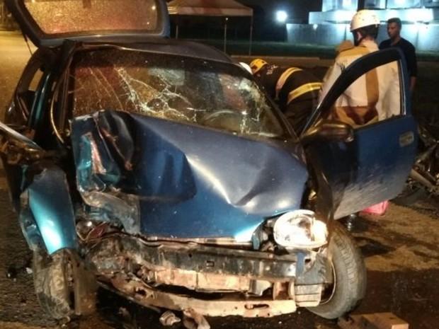 Carro bateu contra poste no Setor Faiçalville, em Goiânia, Goiás (Foto: Divulgação/Corpo de Bombeiros)