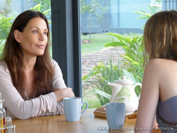 Tereza confessa para Angelique que não quer Lili na Comunidade (Foto: Além do Horizonte/TV Globo)