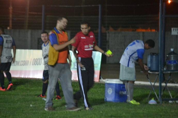 Árbitro expulsa repórter de campo que teria xingado goleiro visitante (Foto: Didupaparazzo )