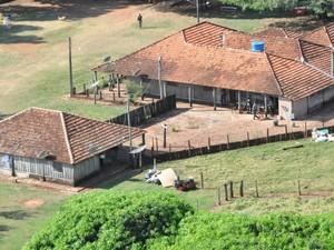 Na fazenda Fronteira, vizinha da aldeia Campestre, em Antônio João, donos e indígenas coabitam (Foto: Gabriela Pavão/ G1 MS)