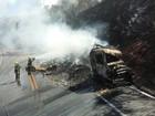 Duas carretas batem de frente e uma pega fogo na BR-251, em Salinas