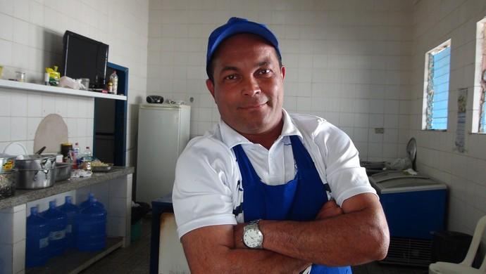 Cozinheiro do CSA, Cláudio (Foto: Viviane Leão/GloboEsporte.com)