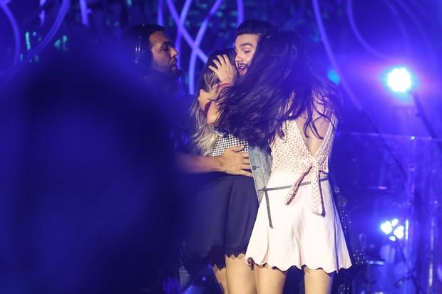 Luan Santana é agarrado no palco em show (Foto: Manuela Scarpa/Brazil News)