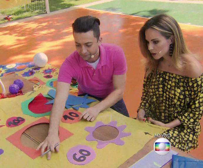 Peter Paiva ensina a fazer um brinquedo de bola ao alvo no 'É de Casa' (Foto: TV Globo)