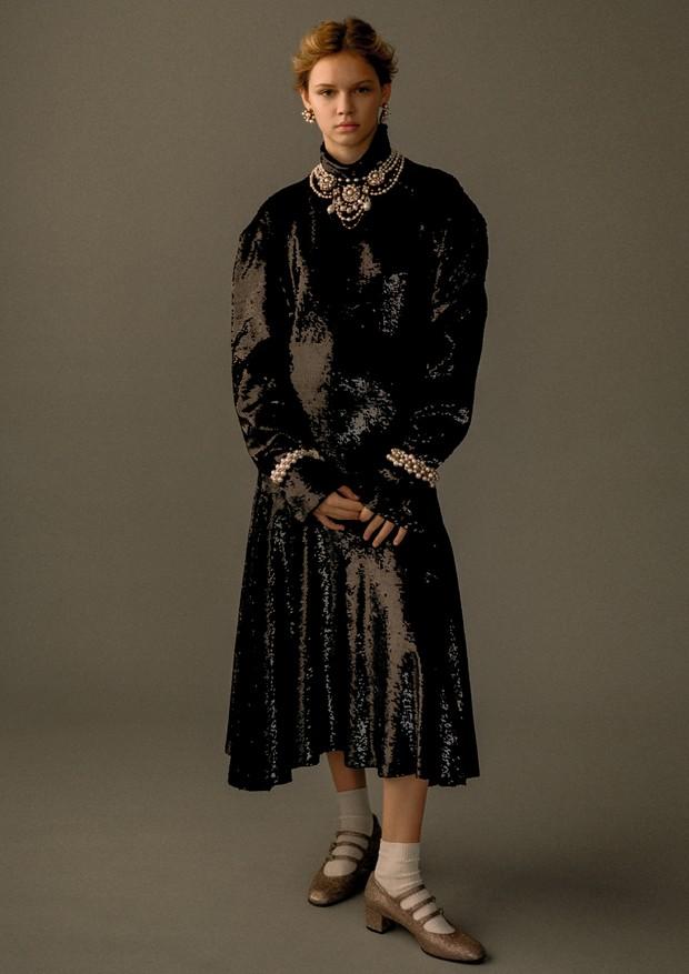 Faith Lynch usa vestido, Céline. Brincos, colar e pulseiras, tudo Erickson Beamon; meias, Commedes Garçons no Dover Street Market; sapatos, Carel (Foto: Zee Nunes)