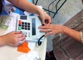 Técnicos do TSE treinam equipes para a biometria (Janaína Carvalho / G1)