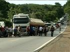 Advogado que dirigia caminhonete morre após bater em carreta, em GO