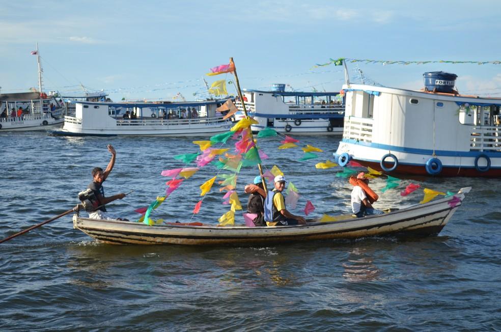 Com ornamentações simples nas embarcações, devotos do santo prestaram homenagem (Foto: Geovane Brito/G1)
