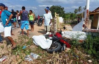 Pescador perdeu o controle da moto ao entrar em curva (Foto: Marcelino Neto)