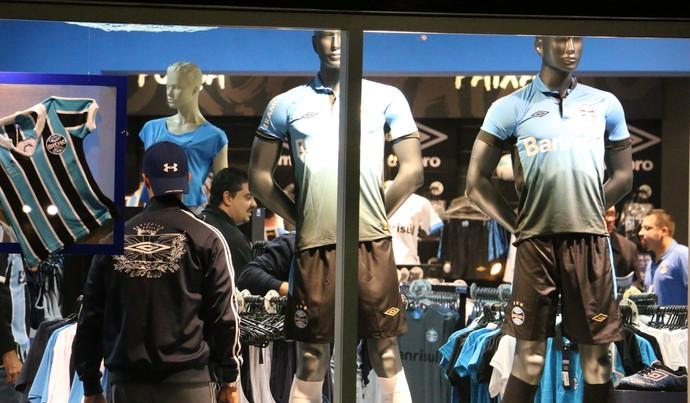 Torcedores loja terceira camisa Grêmio umbro (Foto: Eduardo Moura/Globoesporte.com)