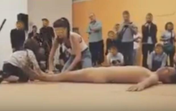 """Criança interage com o artista Wagner Schwartz no MAM, em São Paulo, durante apresentação a performance """"La Bête"""" (Foto: Reprodução de vídeo)"""