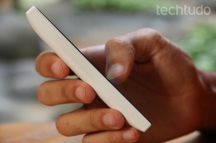 A bateria do Lumia 435 pode surpreender e durar o dia todo (Foto: Lucas Mendes/TechTudo)