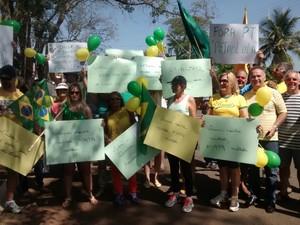 Grupo protestou contra corrupção em Laranjal Paulista (Foto: TEM Você/ Sandra Pesqueira)