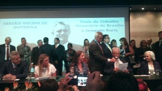 Governador Rodrigo Rollemberg, deputadas Celina Leão (PDT) e Liliane Roriz (PRTB), ex-governador Joaquim Roriz e ex-primeira dama Weslian Roriz, durante cerimônia no Memorial JK (Foto: Mateus Rodrigues/G1)