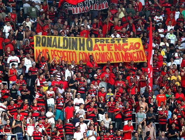 Faixa torcida flamengo ronaldinho gaucho protesto (Foto: Ivo Gonzalez / Agência O Globo)