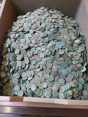 Conjunto tem 22 mil moedas de liga de cobre que datam do Império Romano (Foto: Reprodução/The Seaton Down Hoard/British Museum)