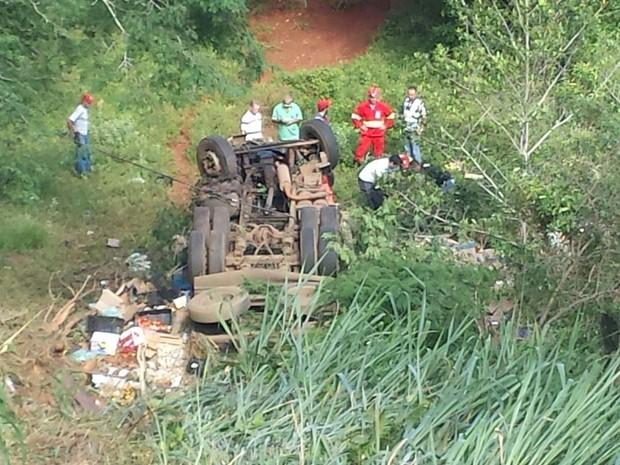 Caminhoneiro morre ao cair em ribanceira na BR-262 em Araxá  (Foto: César Campos/G1)