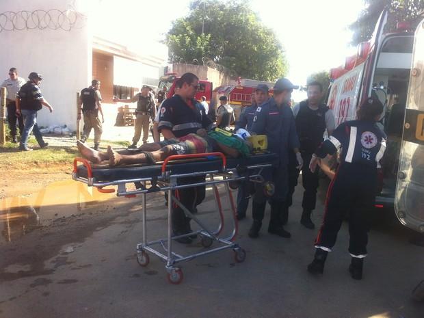 Detentos feridos (Foto: Fabiana Conrado/ G1)