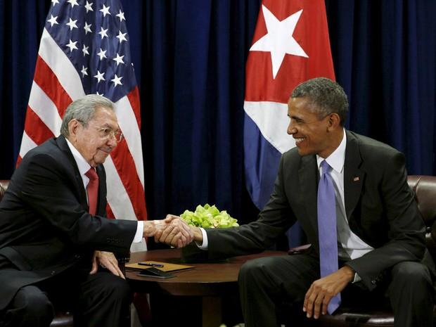 O presidente dos EUA, Barack Obama, e o presidente cubano Raul Castro se cumprimentam durante reunião na Assembleia Geral das Nações Unidas em Nova York (Foto: Kevin Lamarque/Reuters)