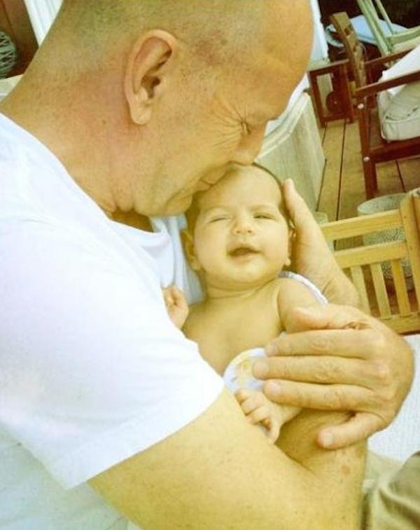 A primeira foto de Bruce Willis com sua filha recém-nascida (Foto: Instagram)