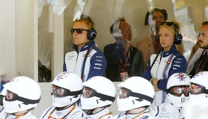 Valtteri Bottas assiste ao GP da Austrália nos boxes da Williams (Foto: Divulgação/Williams)