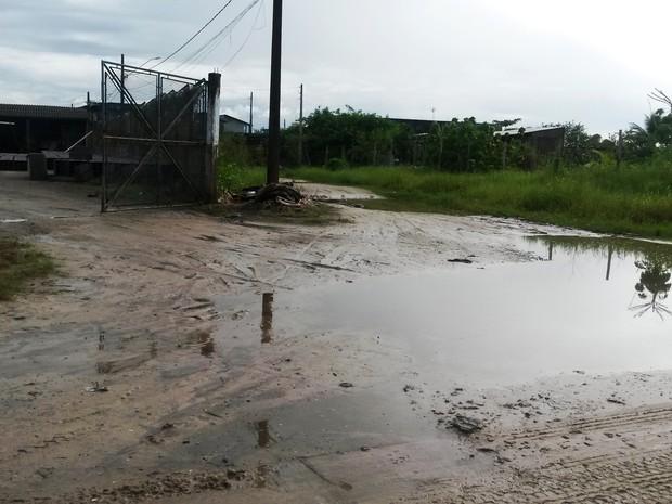 Avenida sem pavimentação enche de poças d'água em Itanhaém, SP (Foto: Janaina Queiroz de Oliveira/Arquivo pessoal)