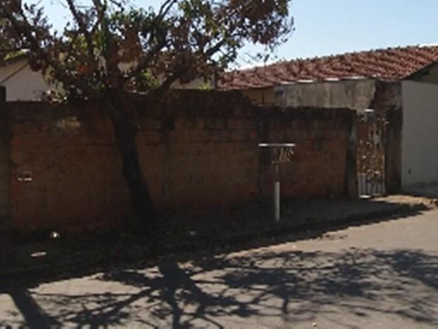 Vítima foi encontrada desacordada em frente à casa onde vive com o marido (Foto: Reprodução/TV TEM)