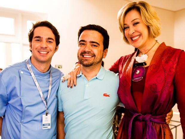 Conrado Caputto e Claudia Raia posam com o autor Daniel Ortiz em Poços de Caldas (Foto: João Miguel Junior/ TV Globo)