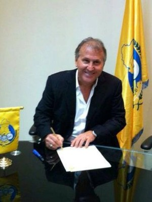 Zico assina contrato com o Al Gharafa (Foto: Reprodução)