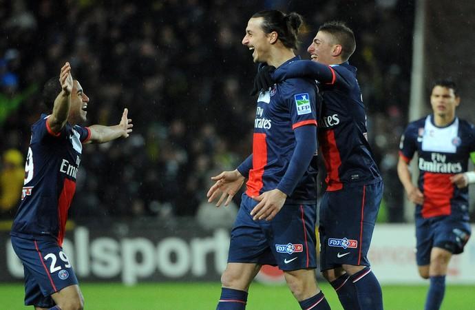 Lucas e Ibrahimovic comemoram, Nantes x PSG (Foto: AFP)