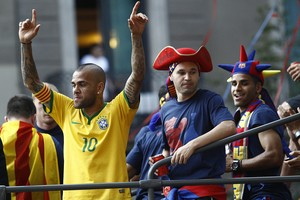 Daniel Alves - festa título Barcelona (Foto: AFP)