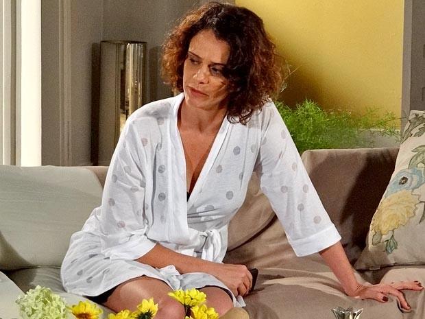 Lygia começa a sentir dores muito fortes (Foto: Cheias de Charme / TV Globo)