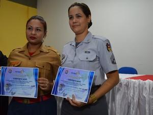 Soldado Charlene Rodrigues e sargento Andreia Serrão receberam certificados de reconhecimento pelos serviços prestados (Foto: Maiara Pires/G1)