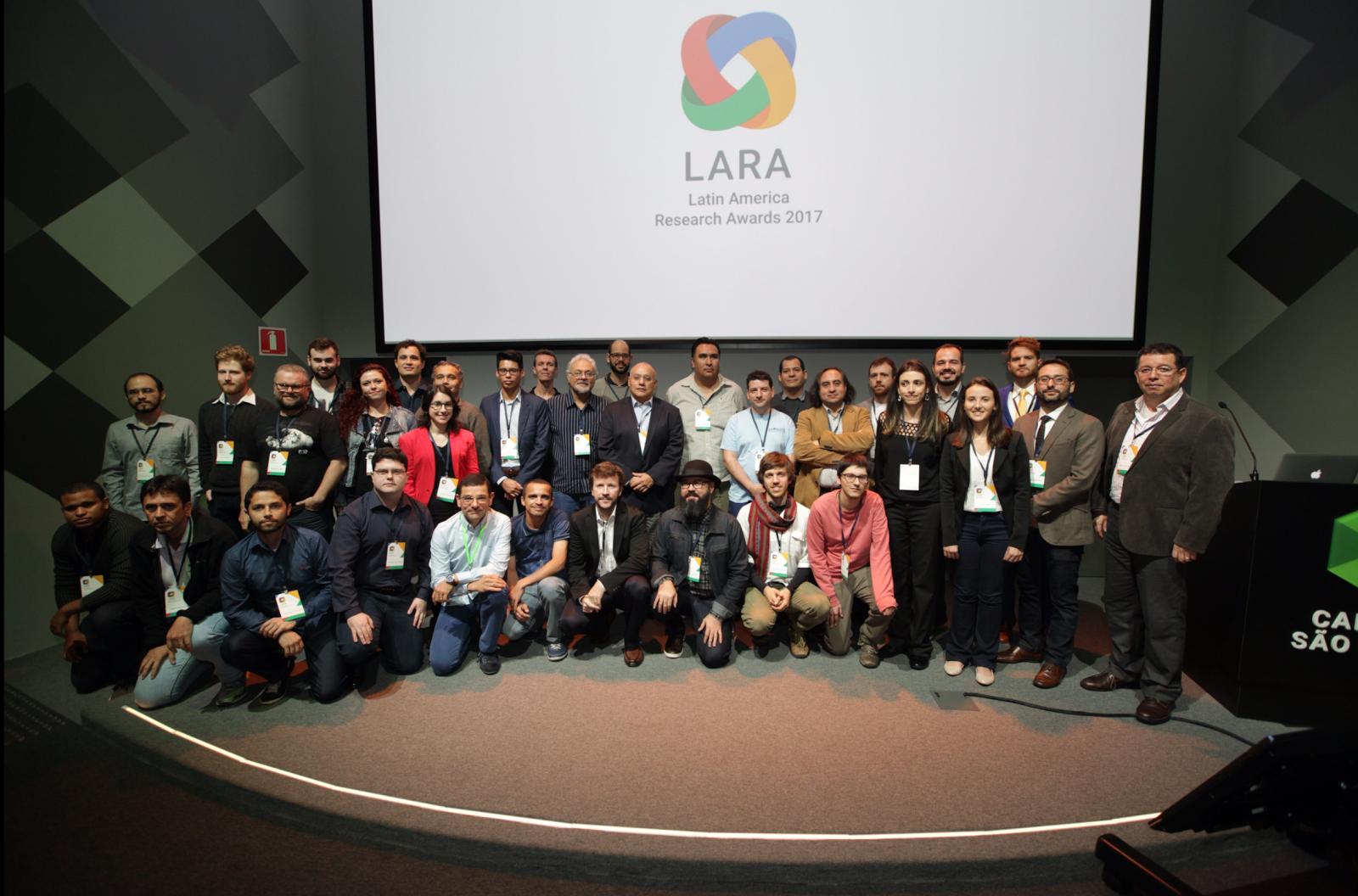 Grupo de pessoas que tiveram os projetos selecionados no LARA 2017 (Foto: Divulgação/ Google)