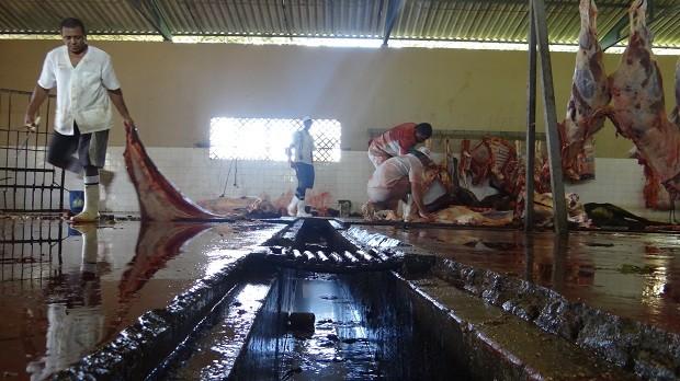 Canaletas não possuem grade de proteção e sangue escorre a céu aberto. (Foto: Natália Souza/G1 AL)