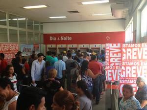 Filas no caixas eletrônicos predominam nas agências em Porto Velho (Foto: Marcos Paulo)