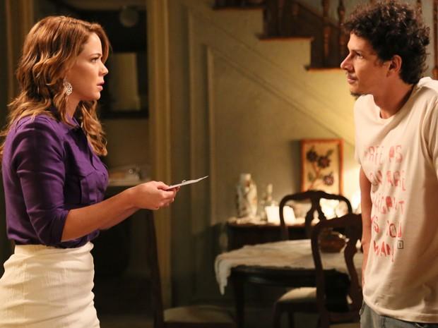 Cristina mostra o bilhete deixado por Cora a Elivaldo (Foto: Carol Caminha/Gshow)