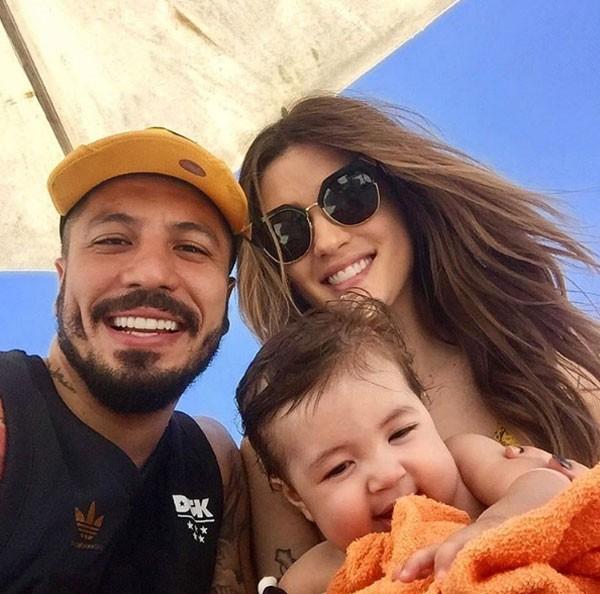 Os ex-BBBs Fernando e Aline com o filho Lucca (Foto: Reprodução Instagram)