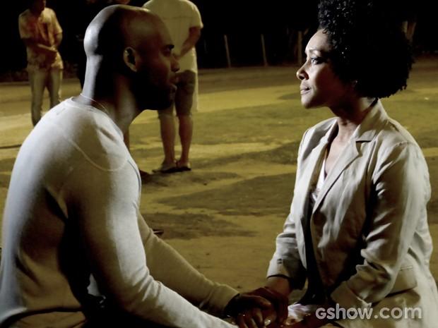 Neidinha acaba contando a verdade sobre seu passado para Theo (Foto: Em Família / TV Globo)