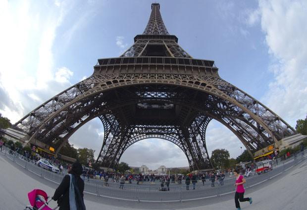 A Torre Eiffel, em Paris (Foto: Jacques Brinon/AP)