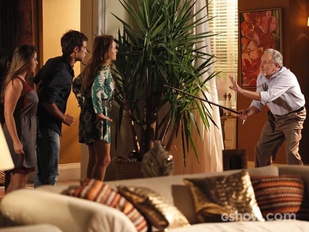 Viriato tenta se defender de ameaças de Shirley (Foto: Pedro Curi/ TV Globo)